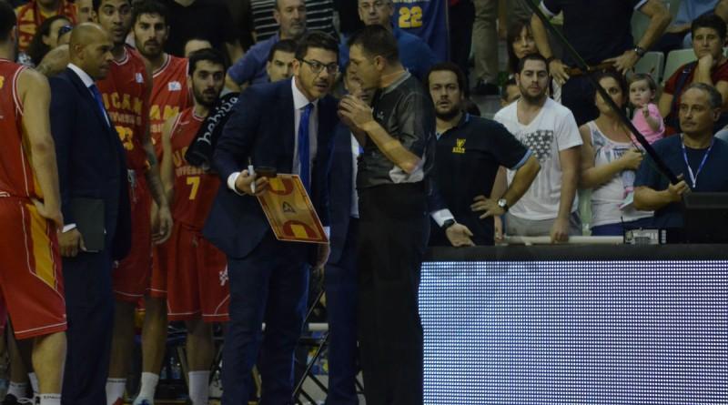 Fotis Katsikaris, hablando con el cuerpo arbitral tras la polémica jugada